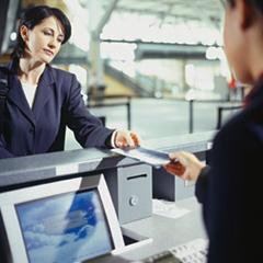 экономит на покупке билетов на самолет
