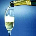 Шампанское и игристое вино - непременные атрибуты праздника