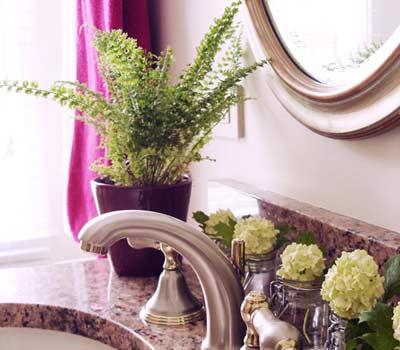 цветы на раковине в ванной