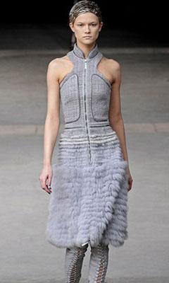 платье с отделкой из меха
