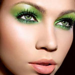 Также зеленоглазым девушкам стоит избегать макияжа глаз, выполненного исключительно в серых оттенках.