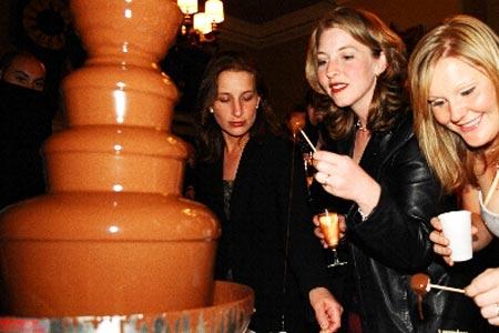 шоколадный фонтан для развлечения гостей на Новый год