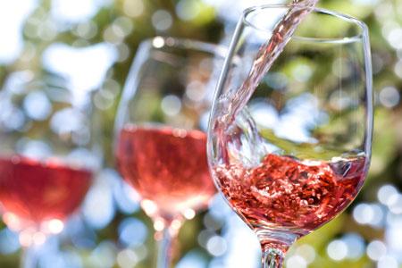 розовое вино в бокалах