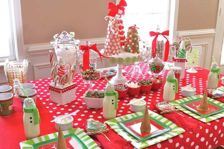 украшене новогоднего стола в красно-зеленых тонах