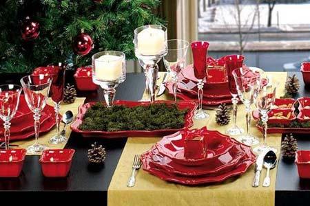 украшение новогоднего стола свечами и шишками