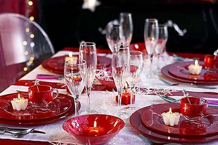 новогодний стол в красных тонах