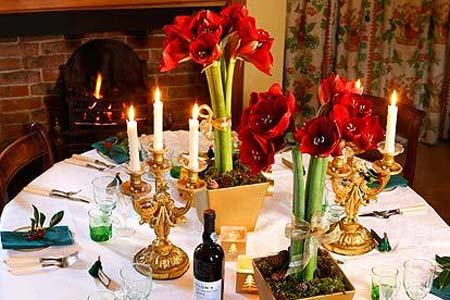 украшение новогоднего стола свечами и цветами