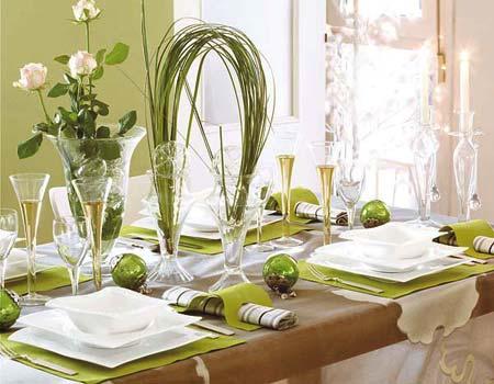 новогодний стол в зелено-белых тонах