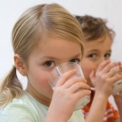 теплое молоко на ночь помогает уснуть