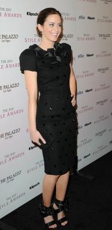 маленькое черное платье в сочетании с сумочкой клатч