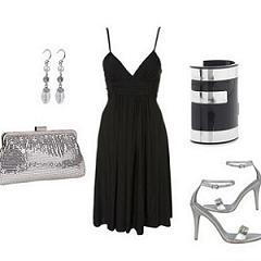 маленькое черное платье и аксессуары
