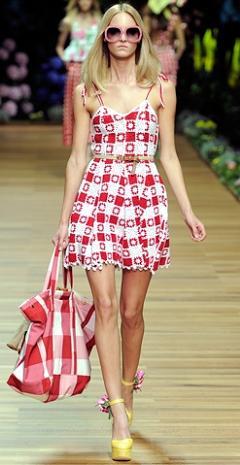 летом в моде платья в клетку