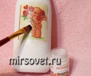 приелкивание салфетки на бутылку