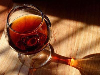 десертное вино в бокале