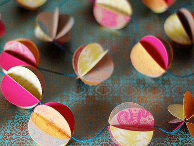 новогодняя гирлянда из бумажных шаров