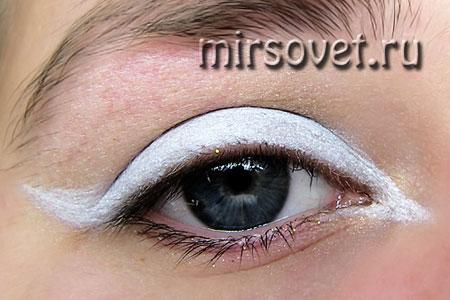 нанесение основы под новогодний макияж глаз