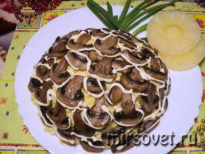оформленный новогодний салат в виде ананаса