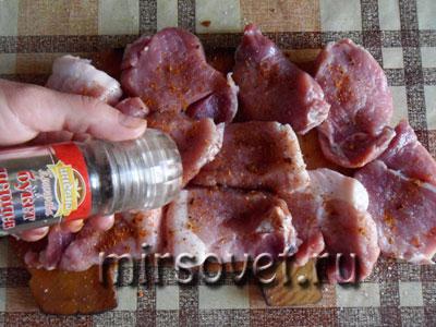 приправляем свинину для шашлыка
