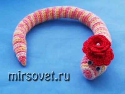 вязаня грючком игрушка змея