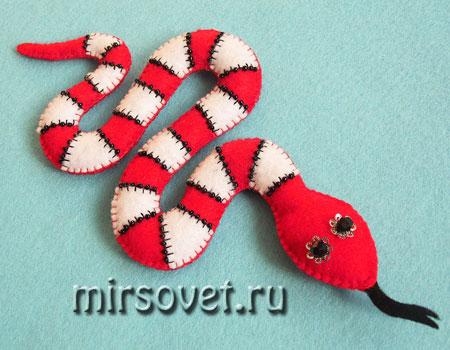 новогодняя змея для украшения дома