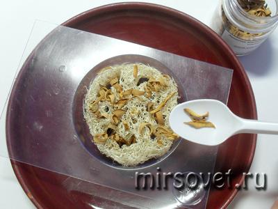 насыпать лепестки нероли