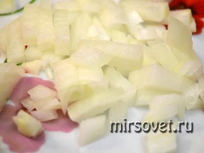 нарезанный лук для салата