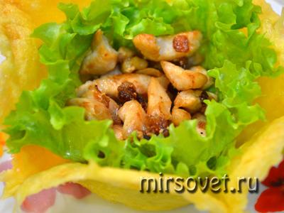 первый слой салата - куриное филе с луком
