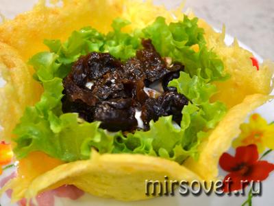 следующий слой салата - чернослив