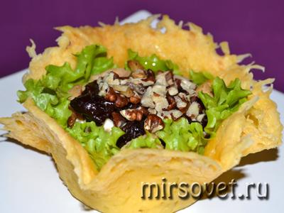 сырная корзинка с салатом