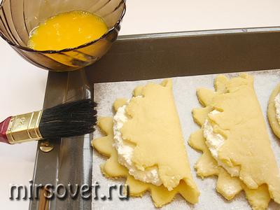 смазываем сочники желтком перед выпеканием