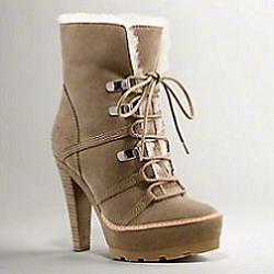невысокие сапожки на шнуровке