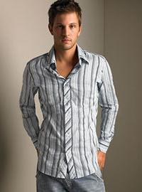 приталенная мужская рубашка на выпуск