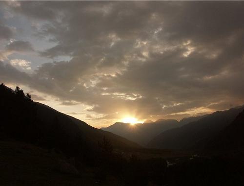 потрясающий закат в горах специально для новобрачных