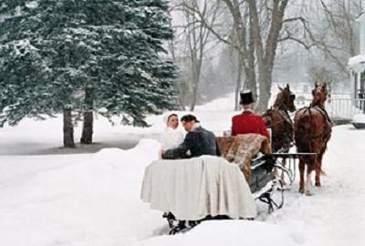 катание на санях, запряженных тройкой лошадей - исключительно зимняя забава